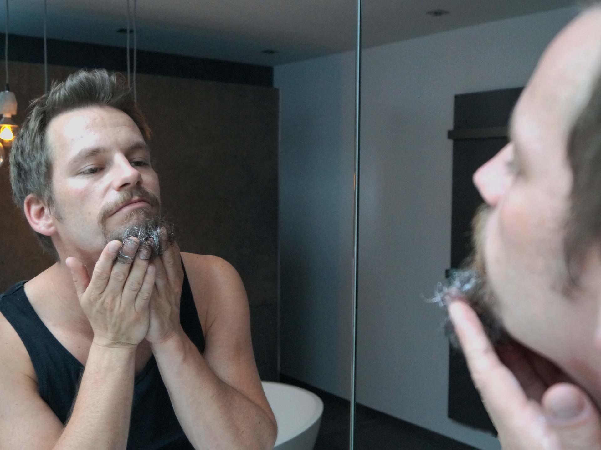 Haut und übrigen Bart nach der Rasur pflegen.