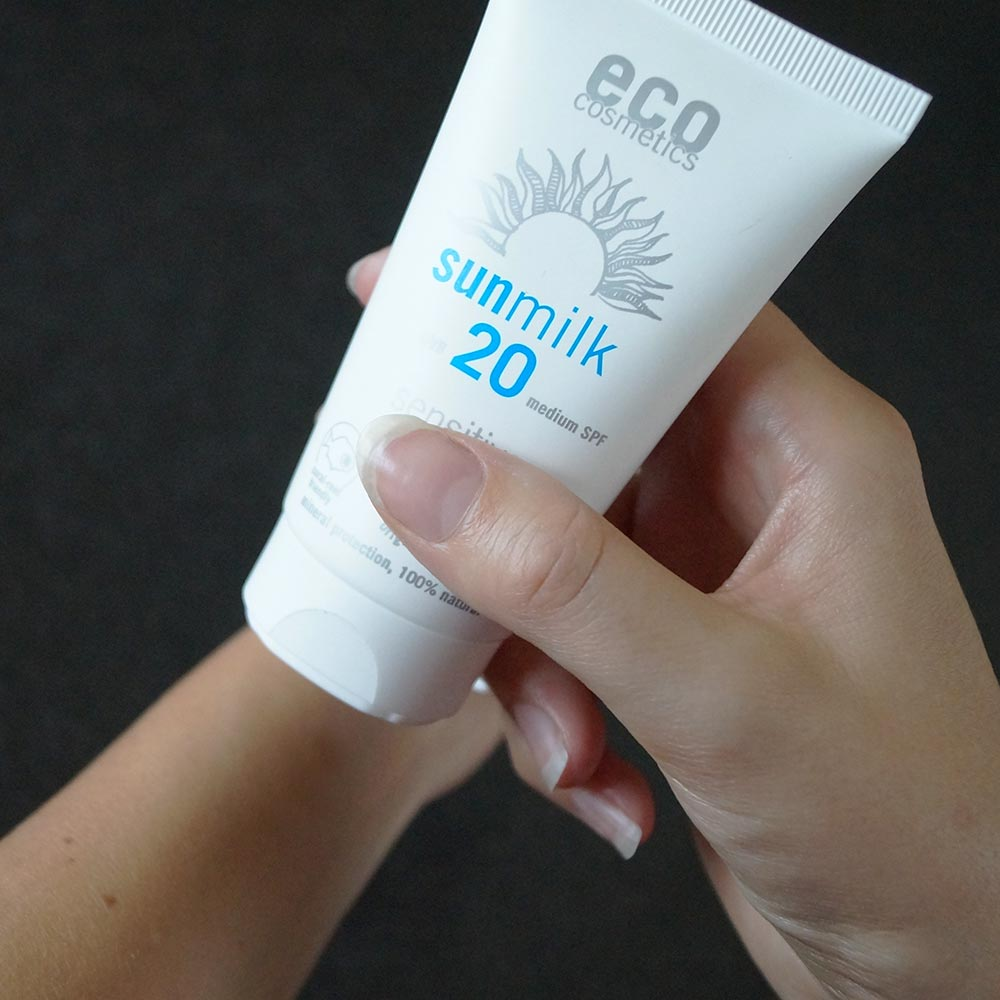 Die natürliche Sonnenmilch von Eco Cosmetics lässt sich sehr gut auf der Haut verteilen.