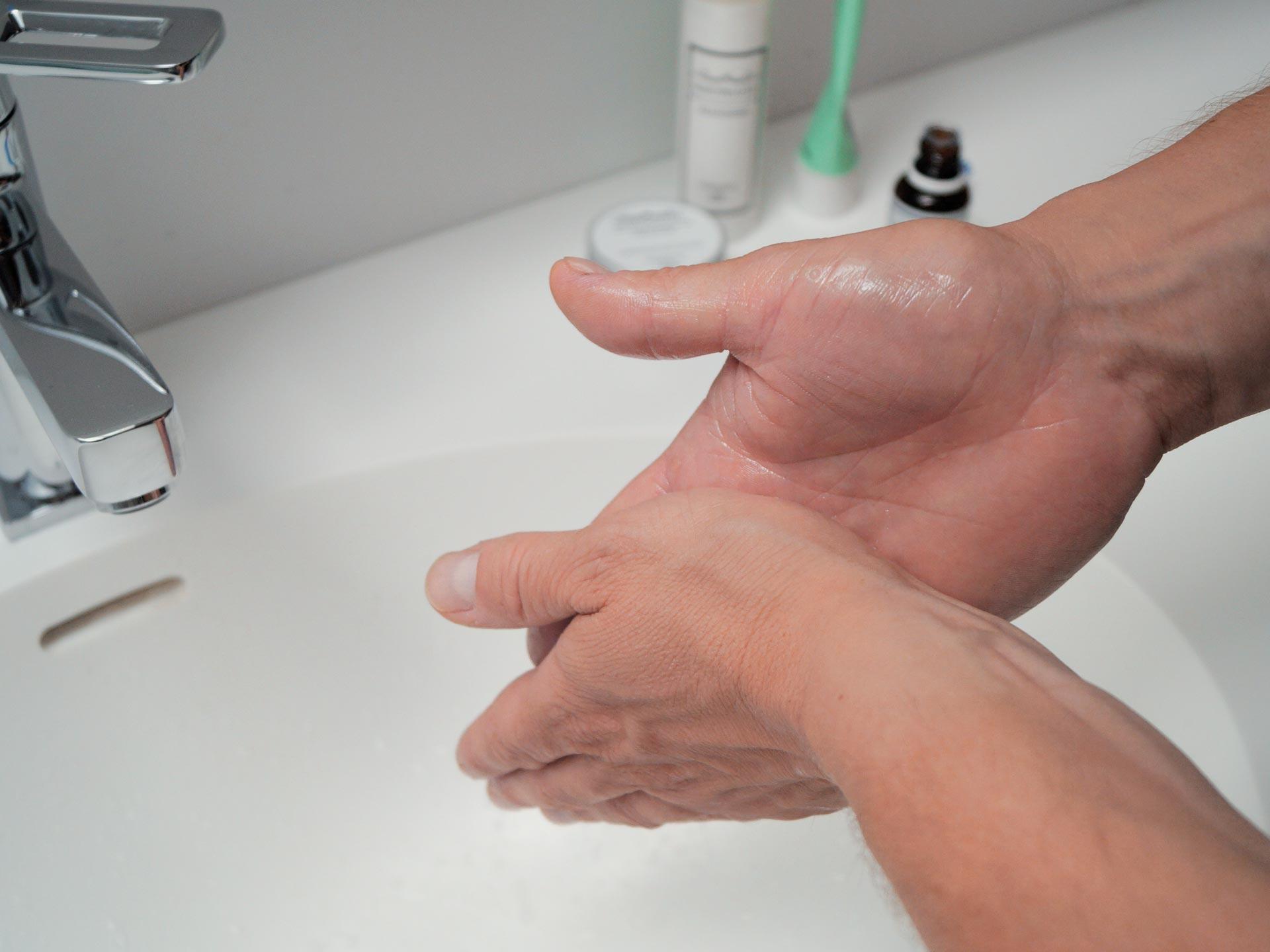 Das Rasieröl mit der Wasser in der Hand verreiben.