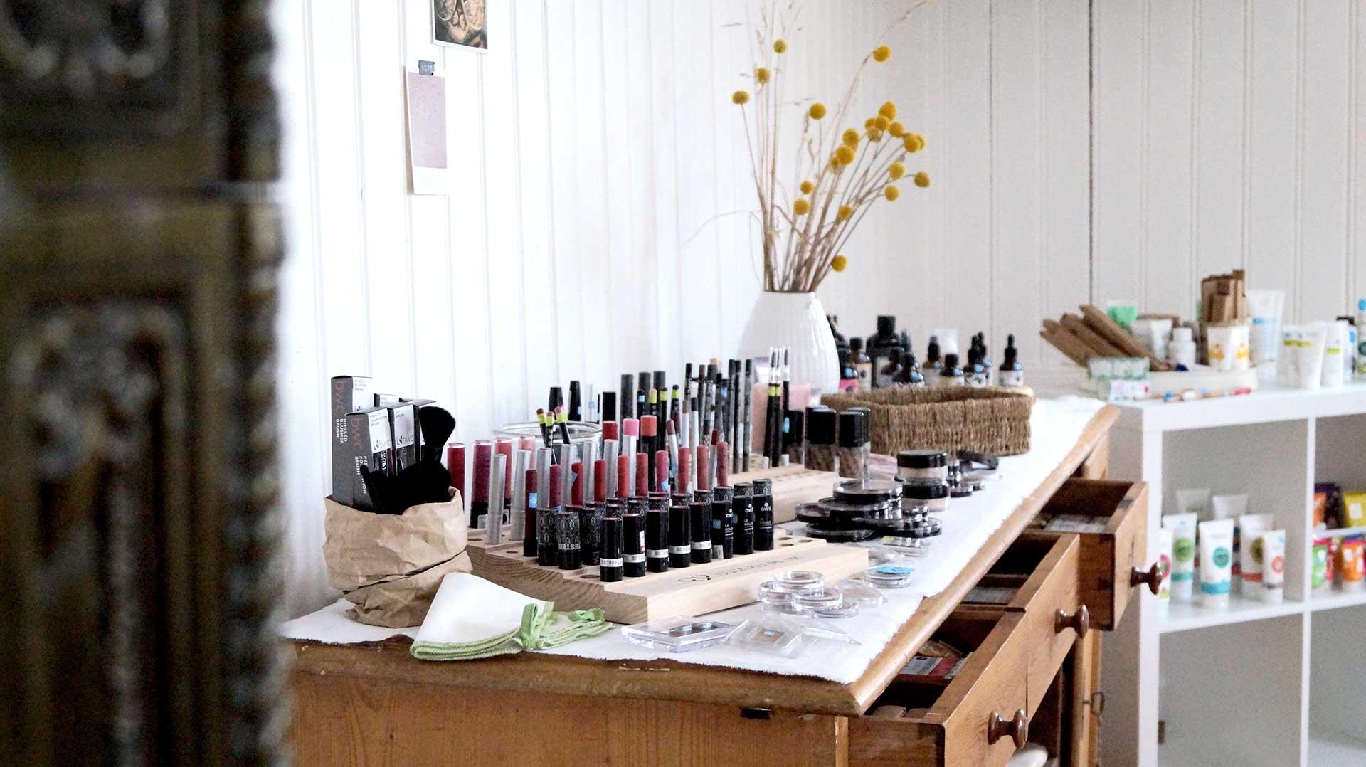In unserem Ausstellungsraum in Lingenau kannst du dich quer durch tierversuchsfreie Kosmetik testen.