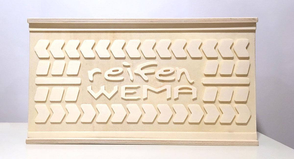 Personalisierte Holzbox mit Firmenlogo – Reifen Wema in Lingenau