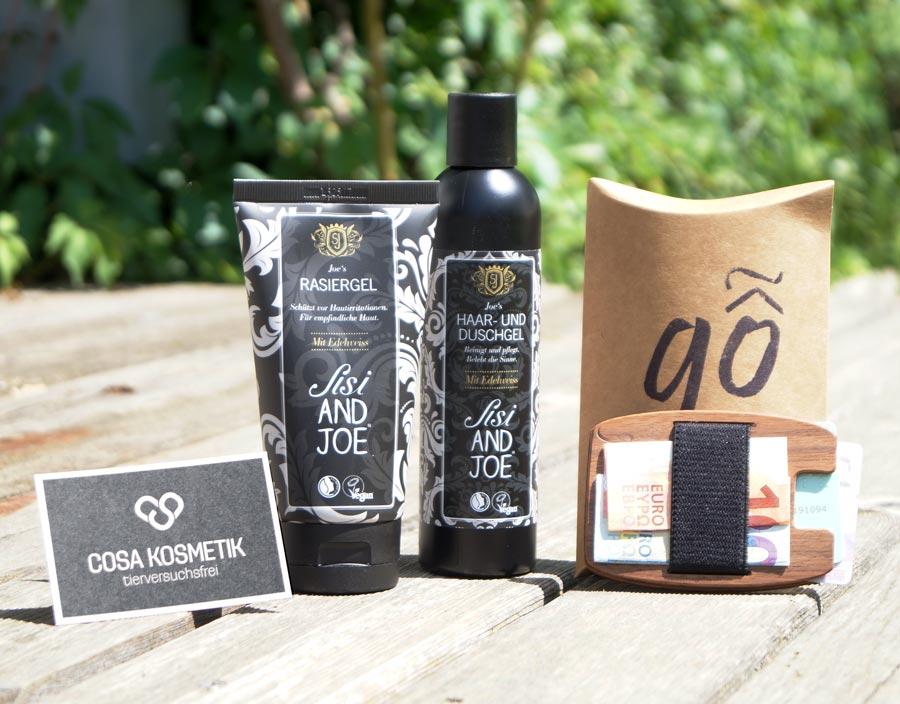Geschenkeset für Männer mit tierversuchsfreien Hygieneprodukten und einer handgemachten Geldtasche aus Holz.