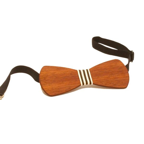 Die Holzfliege aus Jatobaholz mit schwarz-weiß-gestreiftem Stoffband von gô for nature