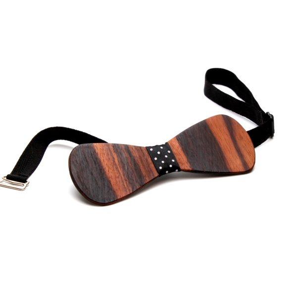 Die Holzfliege aus Makassarholz mit schwarz-weiß-gepunktetem Stoffband von gô for nature