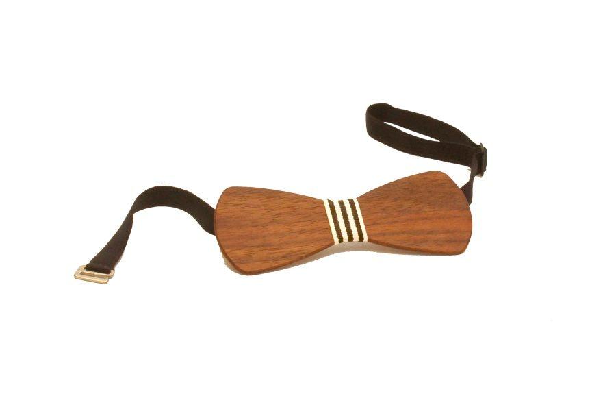 Die Holzfliege aus Nussholz mit schwarz-weiß-gestreiftem Stoffband von gô for nature