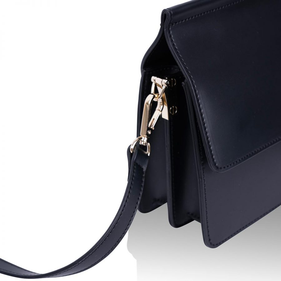 Vegane Handtasche Coco in Schwarz - seitliche Detailansicht
