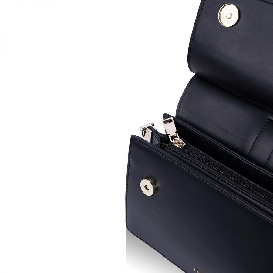 Vegane Handtasche Coco in Schwarz - Detailansicht geöffnet