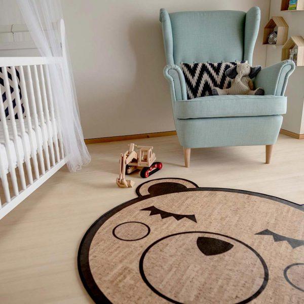 Der moderne Kinderteppich ist aus schadstofffreiem, veganen Korkleder.