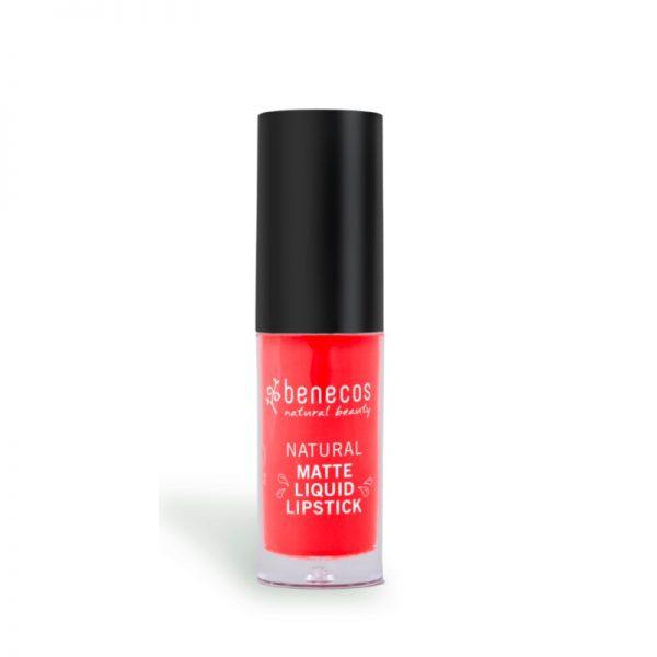 Der langanhaltende Liquid Lipstick in Coral Kiss von benecos