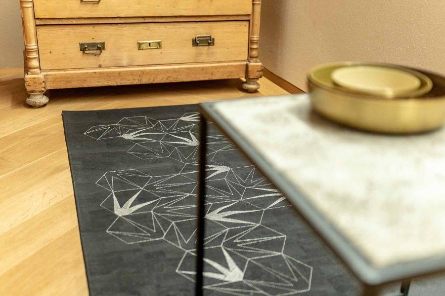 Das vegane Korkleder eignet sich perfekt als Couchteppich, als Teppich in der Küche oder auch im Badezimmer.