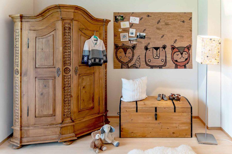 Der Kinderteppich aus Korkleder kann eignet sich auch perfekt als schöne Pinnwand im Kinderzimmer.