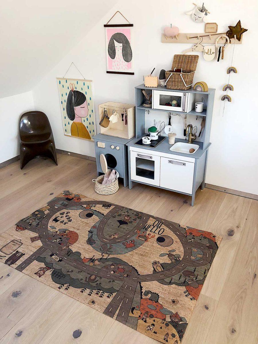 Der Spielteppich aus Kork passt in jedes Kinderzimmer und ist für Mädchen und Buben interessant.