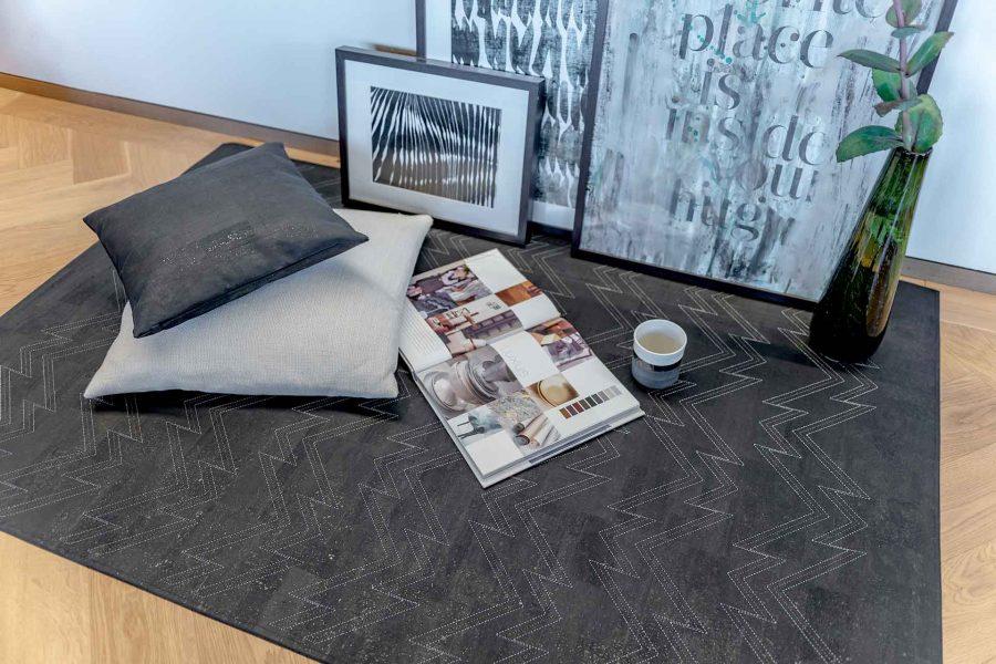 Der Teppich aus Kork eignet sich als Couchteppich, Küchenläufer oder auch im Badezimmer.