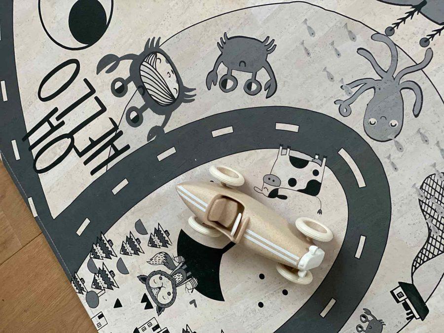 Der Spielteppich Crazy Road in Schwarz-Weiß eignet sich perfekt für dein Baby und Kind zum Krabbeln und Spielen.