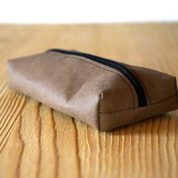 Ecker, flacher Kosmetikbeutel in Braun aus veganem Leder.