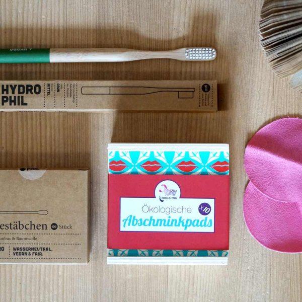Das plastikfreie Set mit einer Bambuszahnbürste, Wattestäbchen aus Bambus und Bio-Baumwolle und wiederverwendbare Abschminkpads