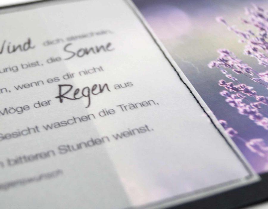 Der Spruch ist auf Transparentpapier gedruckt und von Hand auf die Karte genäht.