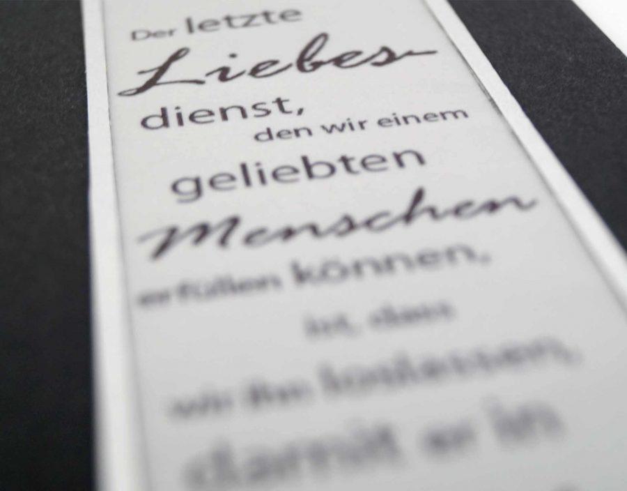 Der Spruch wird auf feinem Transparentpapier aufgedruckt.