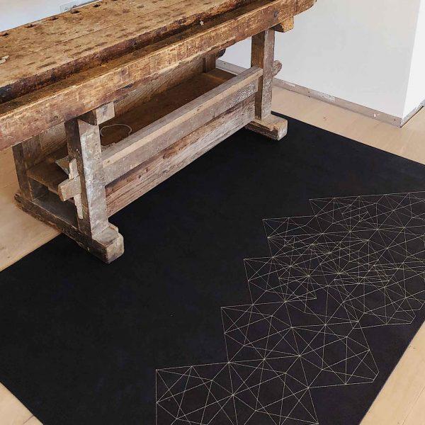 Natürlicher Korkteppich hochwertig bestickt mit modernem, geometrischen Muster