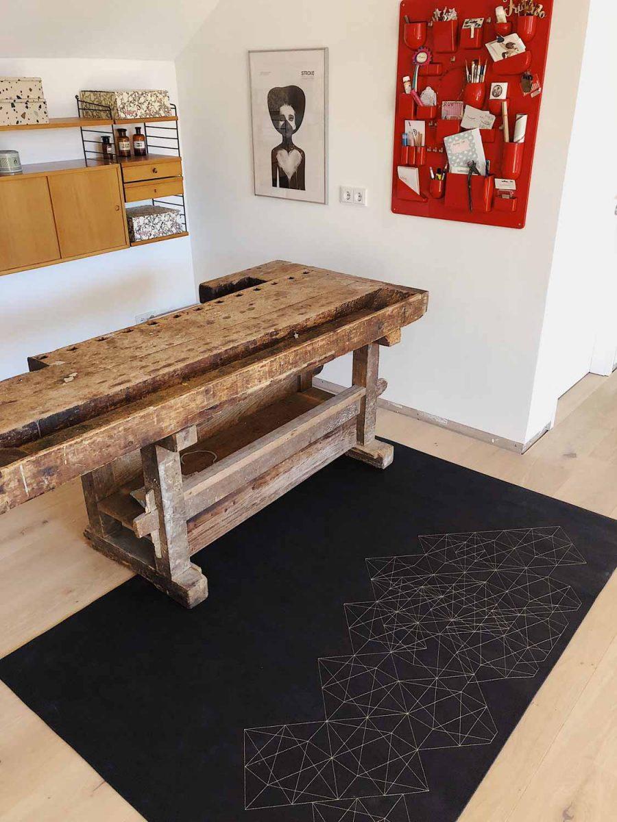 Dieser moderne und natürliche Teppich ist aus veganem Korkleder gefertigt.