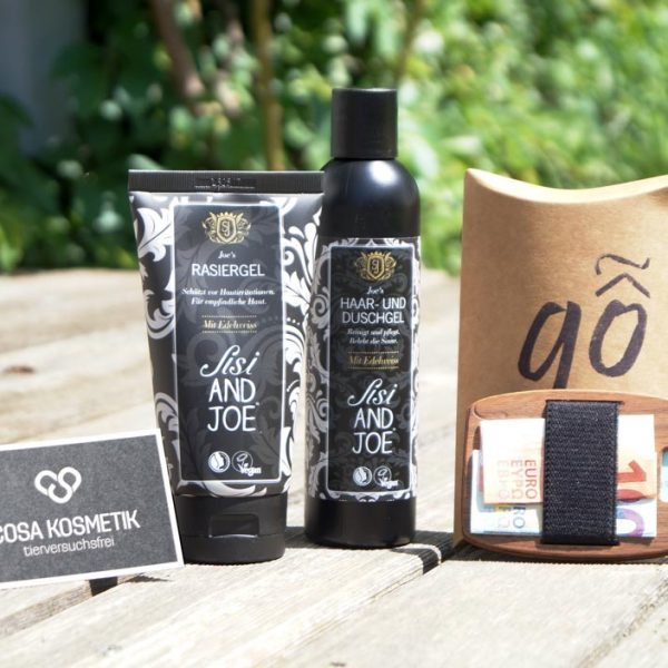 Das Set mit Shampoo & Duschgel, Rasiergel und einer Holzgeldtasche