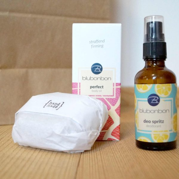 Umweltfreundlich verpacktes Körper-Pflege-Set mit Shea-Seife, Deo-Spray und Körper-Öl.