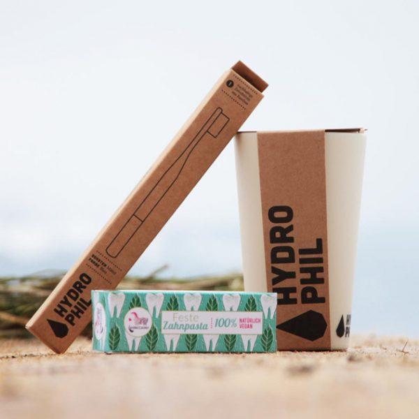 Nachhaltiges Zahnpflegeset mit Bambuszahnbürste und Zahnputzbecher von Hydrophil und einer festen Zahnpasta von Lamazuna