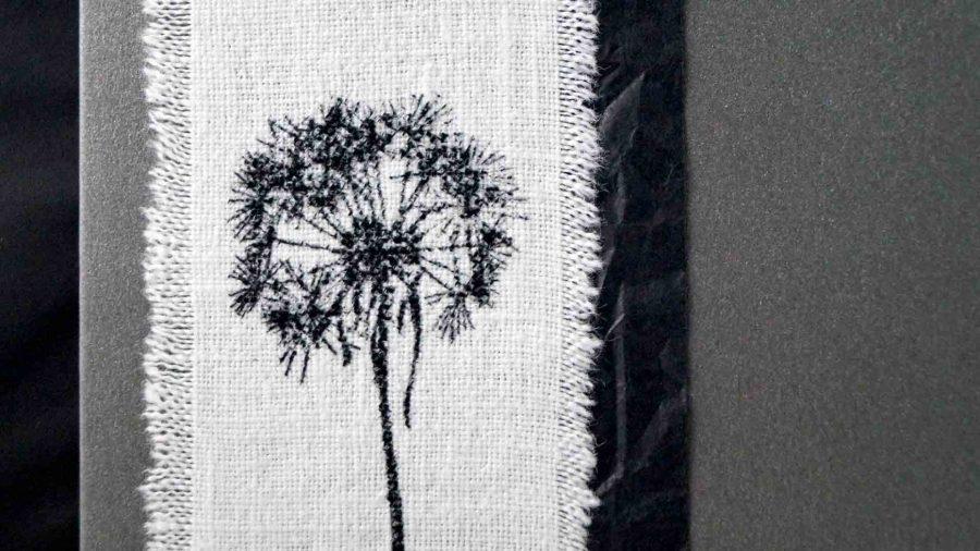 Handgemachte Trauerkarte mit Stempeldruck einer Pusteblume auf Leinenstoff und verschiedenen Texten