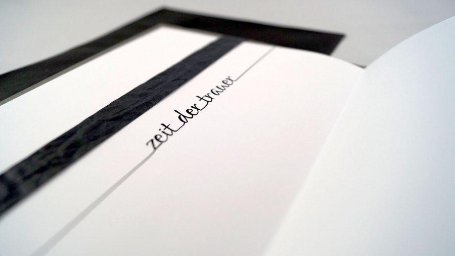 """Handgemachte Trauerkarte mit Stempeldruck einer Pusteblume auf Leinenstoff mit der Aufschrift """"Zeit der Trauer"""""""