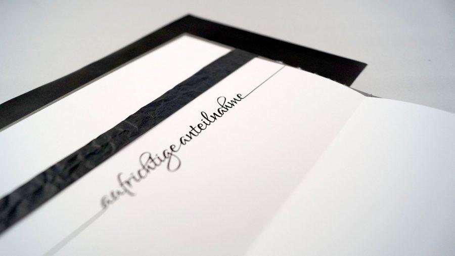 """Handgemachte Trauerkarte mit Stempeldruck einer Pusteblume auf Leinenstoff mit der Aufschrift """"Aufrichte Anteilnahme"""""""
