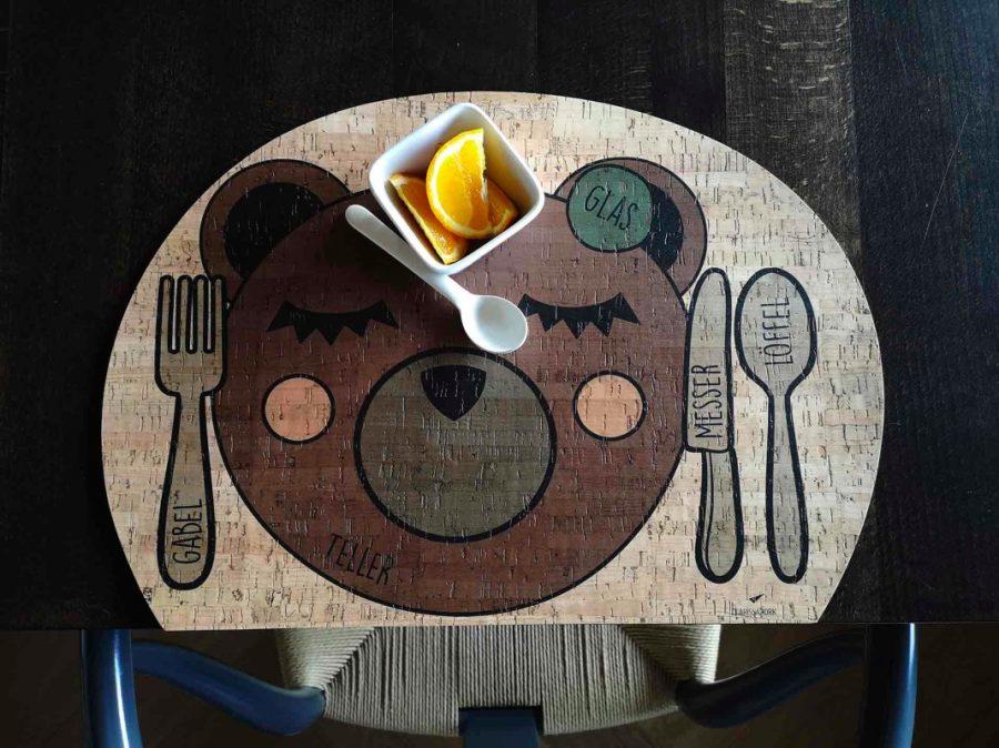 """Kinder-Tischset """"Enjoying Bear"""" aus Kork von ClarissaKork aus dem Bregenzerwald"""