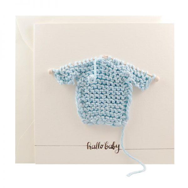 Handgemachte, gestrickte Karte zur Geburt für einen Jungen in Blau mit Mini-Strickpulli bei cosa Kosmetik