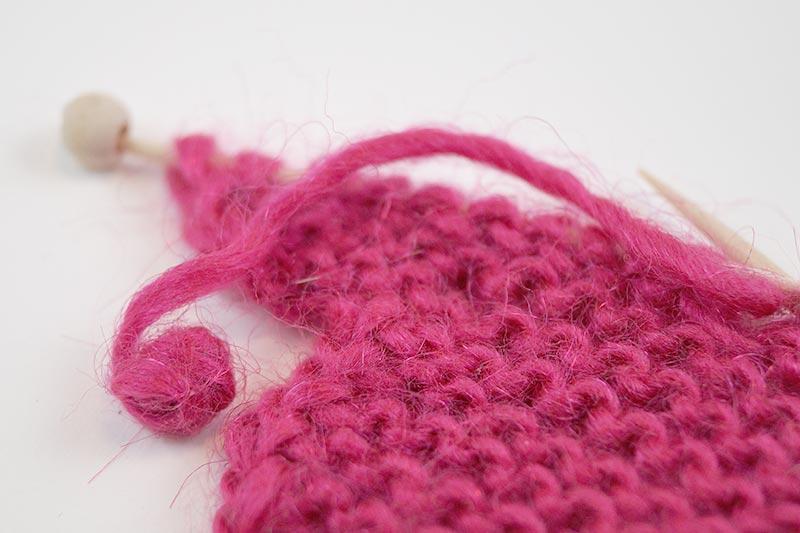 Handgemachte, gestrickte Karte zur Geburt für ein Mädchen in Pink mit Mini-Strickpulli bei cosa Kosmetik