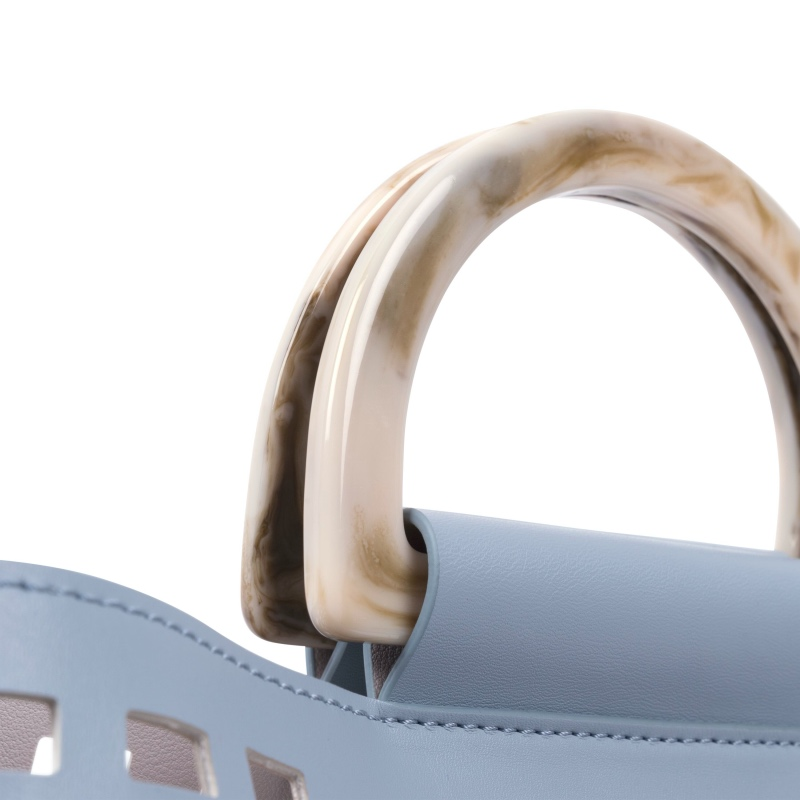 Detailansicht der Handtasche mit Lochmuster aus veganem Leder in Powder Blue von Inyati