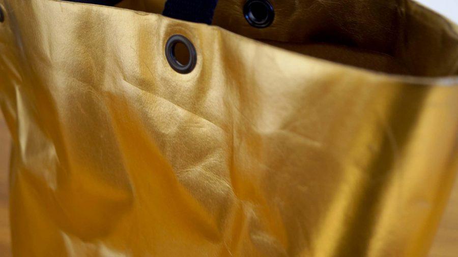 Grosser Shopper aus veganem Snappap als Alternative zu Leder in Gold bei cosa Kosmetik ohne Tierversuche