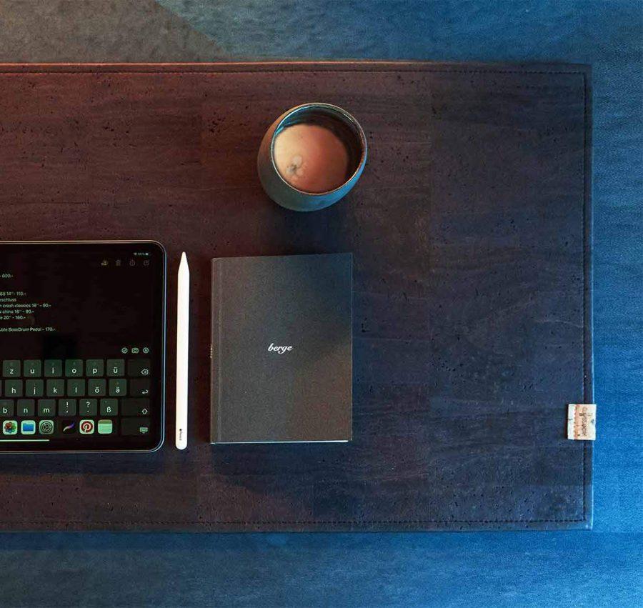 Schreibtischunterlage aus Korkleder, wahlweise mit Lasergravur von CLARISSAKORK