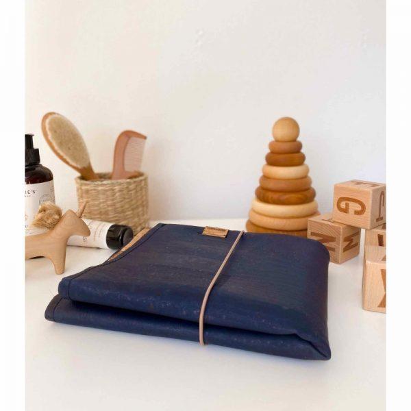Die Wickelunterlage und Wickeltasche to go in Marine aus Naturmaterialien im cosa Kosmetik Onlineshop