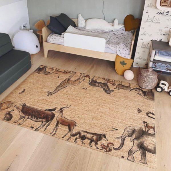 Der Spielteppich Arche Noah von ClarissaKork eignet sich perfekt für dein Baby und Kind zum Krabbeln und Spielen - erhältlich im cosa Kosmetik Onlineshop
